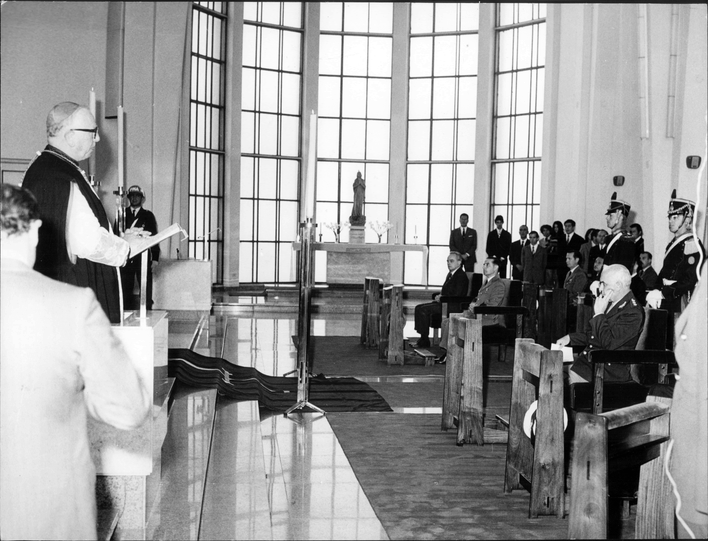 Misa en la Capilla Stella Marys. Sentado: Alejando Agustín Lanusse, Presidente de facto, Bs. As., 02/11/1972.