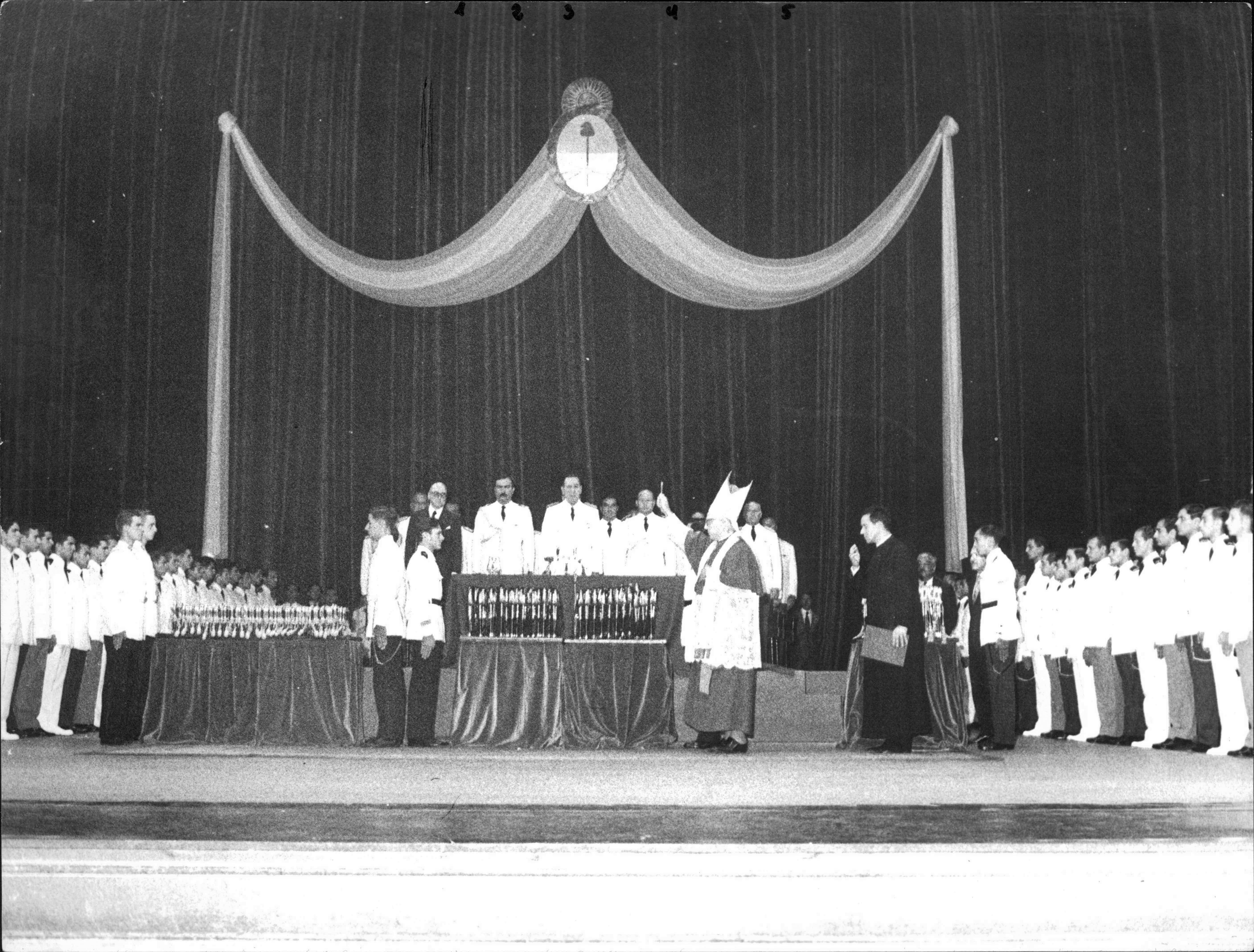 Ceremonia de Bendición de Sables junto al Presidente Juan Domingo Perón, Teatro Colón, Bs. As., 24/01/1974.