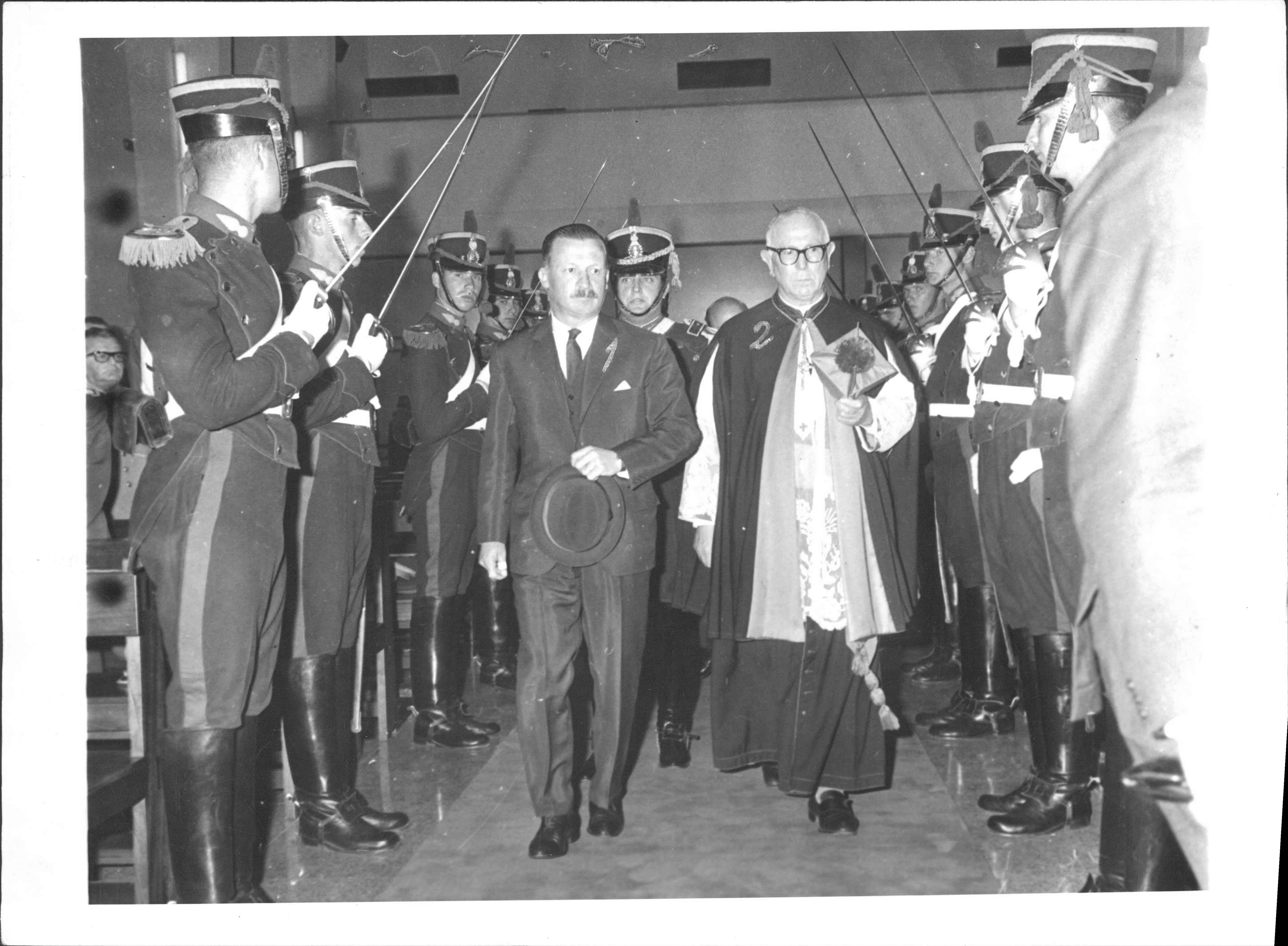 """Junto al Presidente de facto Juan Carlos Onganía. Funeral """"en memoria de los Muertos por la Patria"""", Capilla Stella Maris, Bs. As., 02/11/1966."""