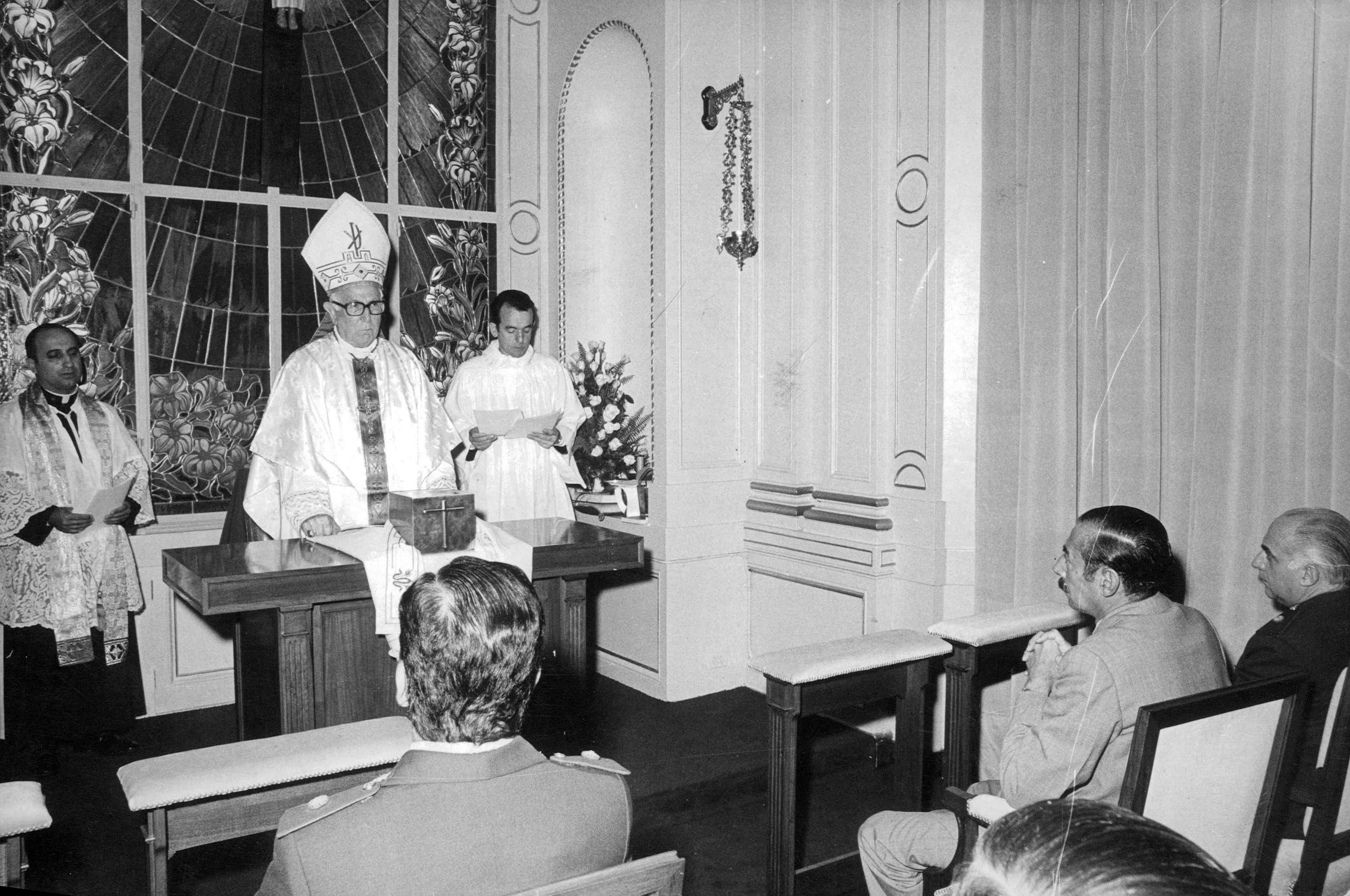 Con Jorge R. Videla, Presidente de facto. Inauguración de la Capilla Cristo Rey, Casa de Gobierno, 21/12/1978.